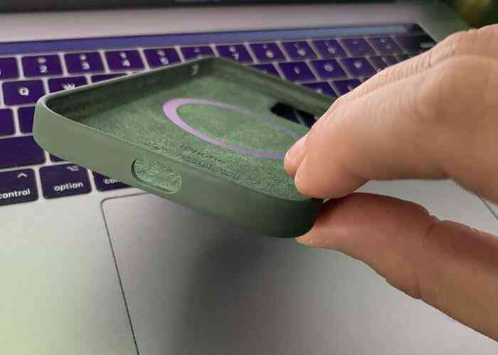 Phụ kiện iPhone 12 với lỗi ngớ ngẩn được giao tới tay người dùng