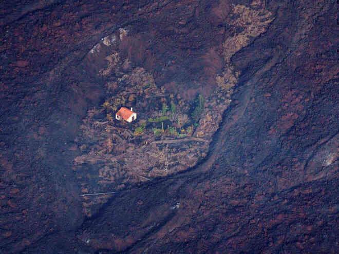 Ngôi nhà sống sót một cách kỳ diệu giữa dòng chảy dung nham từ vụ phun trào núi lửa - Ảnh 2.